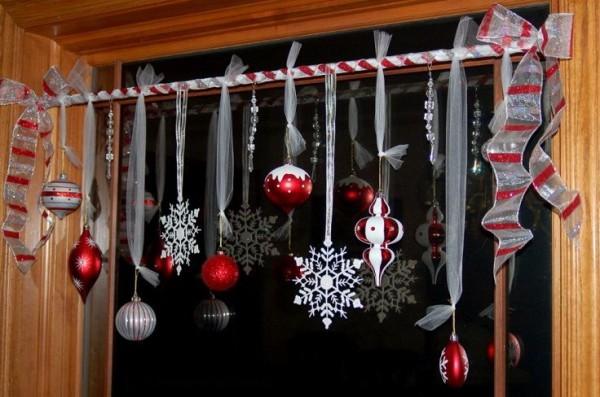 Елочные шары для украшения окна