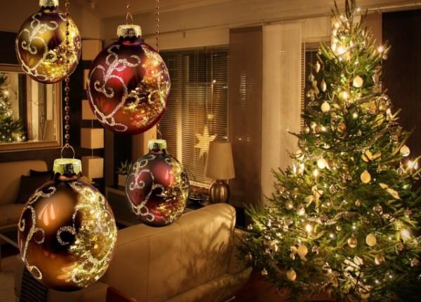 Елочные шары для украшения потолка
