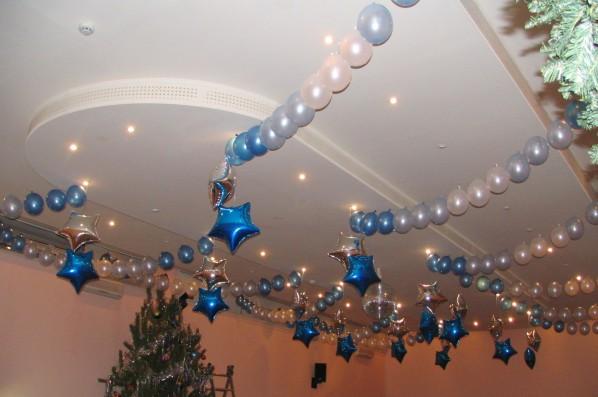 Фото украшение потолка шарами на Новый год