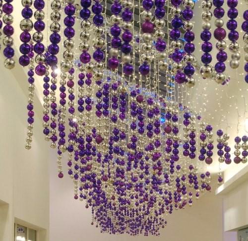 Фото украшений потолка к Новому году с помощью елочных игрушек