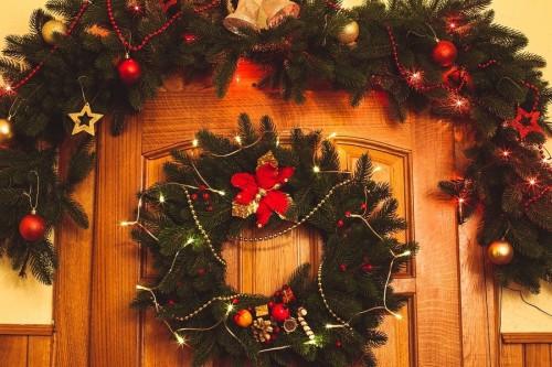 Гирлянды для украшения двери на Новый год