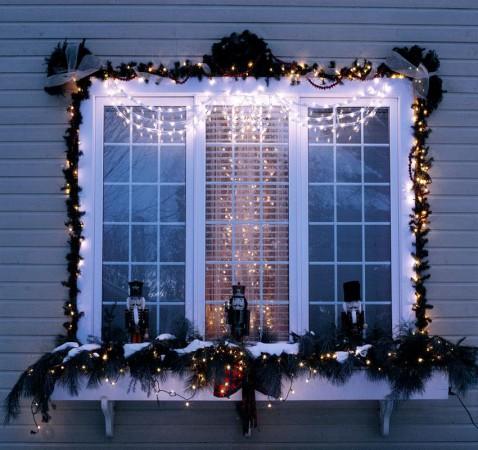 Как красиво украсить окно гирляндой на Новый год