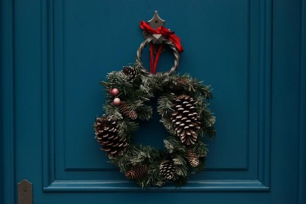 Как украсить дом к Новому году венком