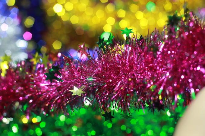 Как украсить комнату мишурой на Новый год