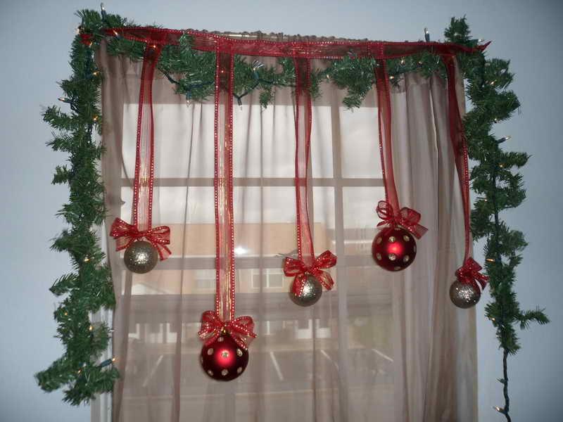 Как украсить окно шарами к Новому году