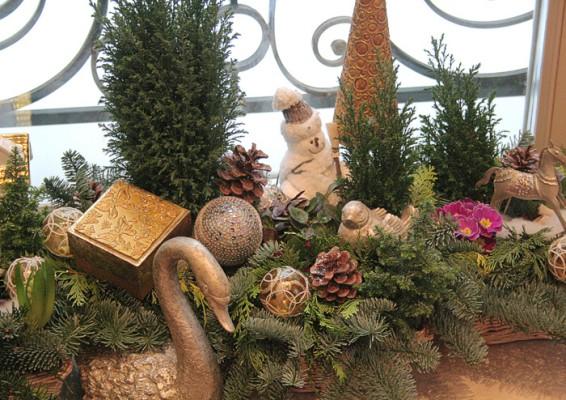 Красивое новогоднее украшение подоконника