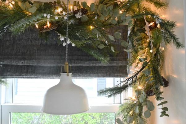 Красивое украшение окон гирляндами к Новому году