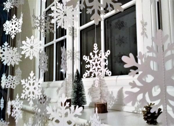 Красивое украшение окон на Новый год Желтой Собаки