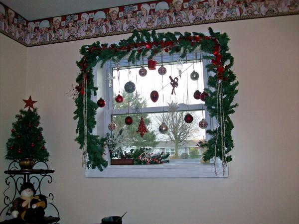 Новогоднее красивое украшение окон