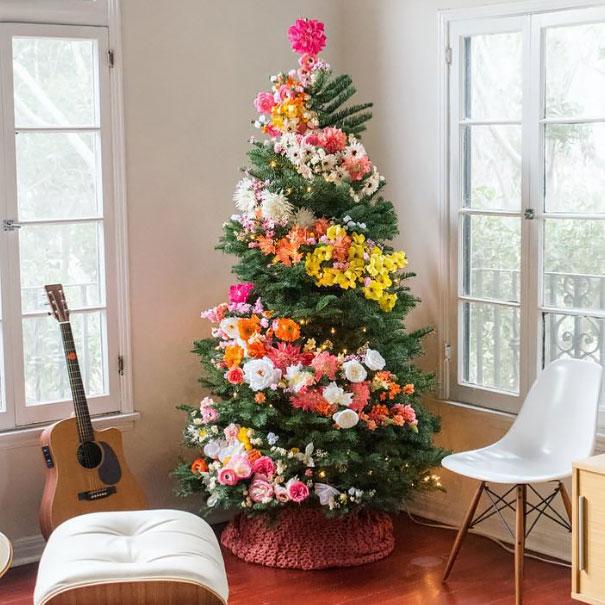 Новогоднее украшение елки цветами