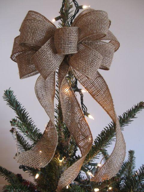 Новогодняя елка, украшенная бантами