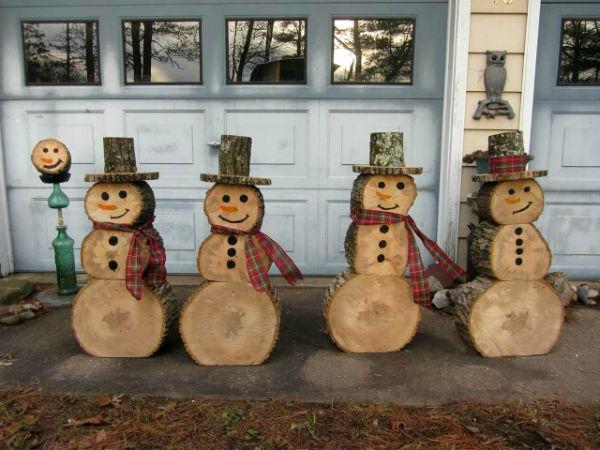 Снеговики из дерева для украшения двора на Новый год