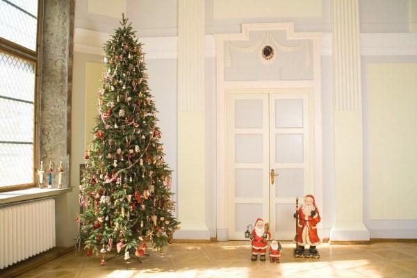 Традиционное украшение елки на Новый год