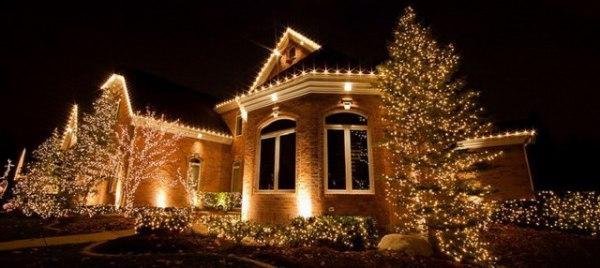 Украшение дома снаружи на Новый год гирляндой