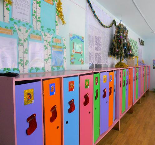 Украшение двери к Новому году в детском саду