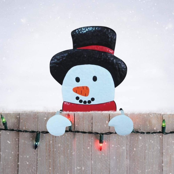Украшение фасада дома снеговиками на Новый год 2018