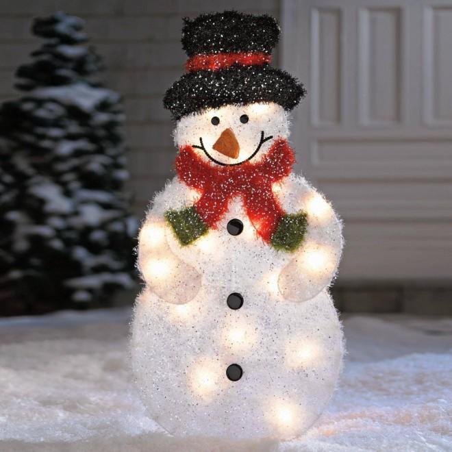 Украшение фасада дома снеговиками на Новый год