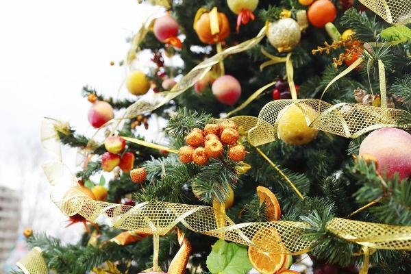 Украшение новогодней елки свежими фруктами