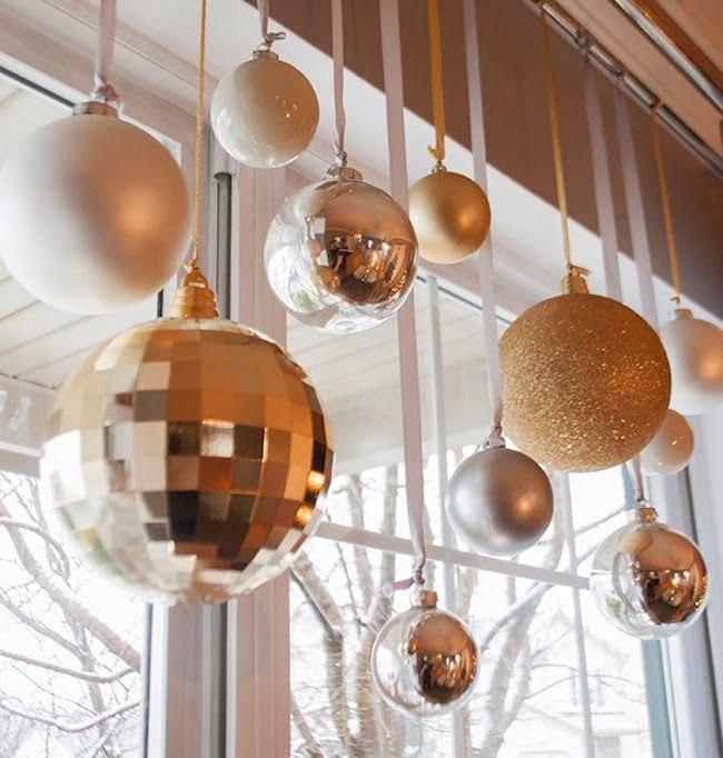 Украшение окна шарами к Новому году