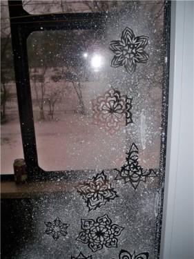 Украшение окна зубной пастой на Новый год