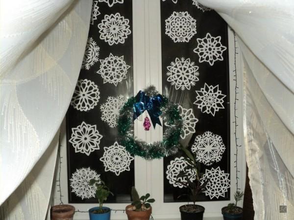 Украшение окон снежинками к Новому году