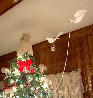 Украшение потолка бусами на Новый год