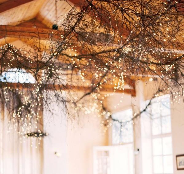 Украшение потолка гирляндой к Новому году