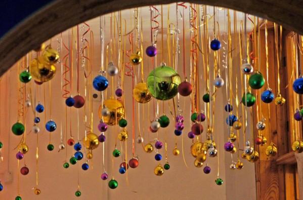 Украшение потолка лентами на Новый год
