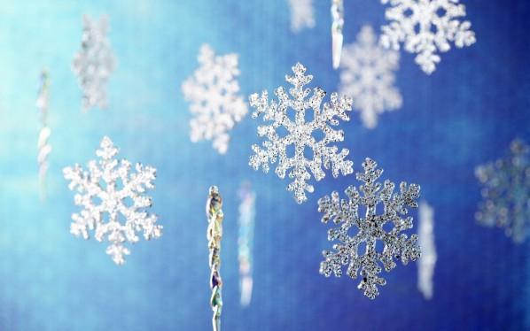 Украшение потолка на Новый год «дождиком» из снежинок