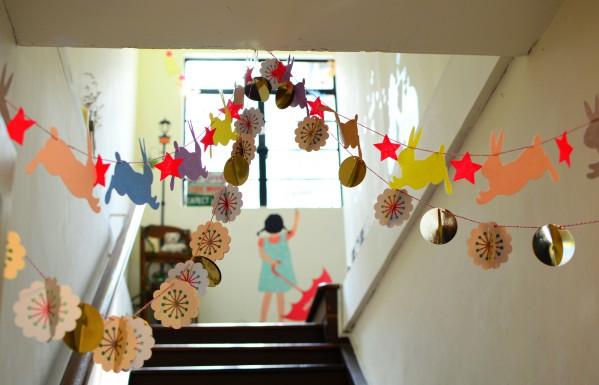 Украшение потолка на Новый год гирляндами