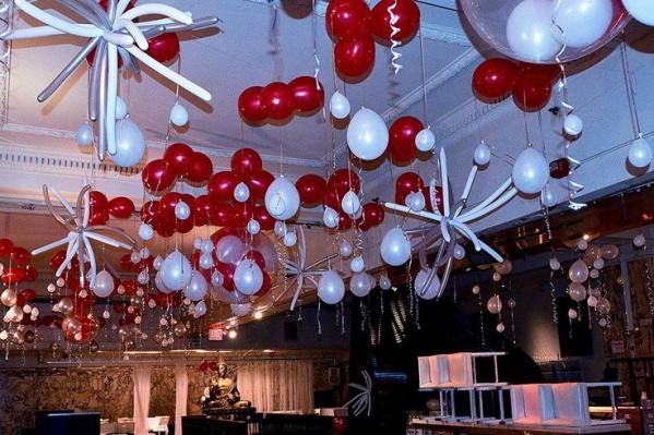 Украшение потолка шарами на Новый год