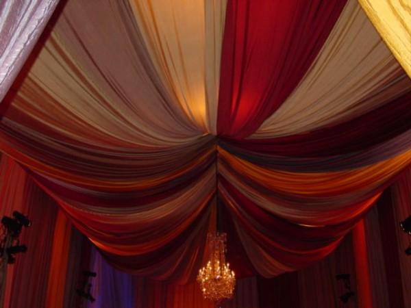 Украшение потолка тканью на Новый год