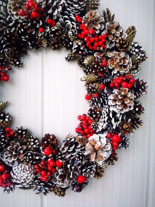Украшение стены на Новый год поделками из природных материалов