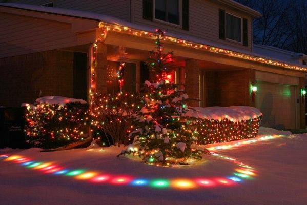 Уличное украшение дома к Новому году