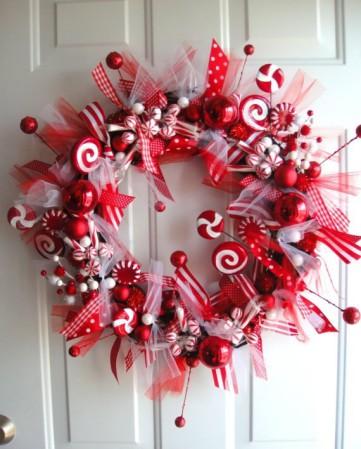 Венок из конфет на Новый год для украшения двери